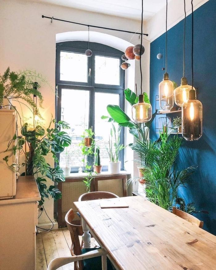 deco boheme chic peinture murale bleu foncé peindre un seul mur coin a manger table bois