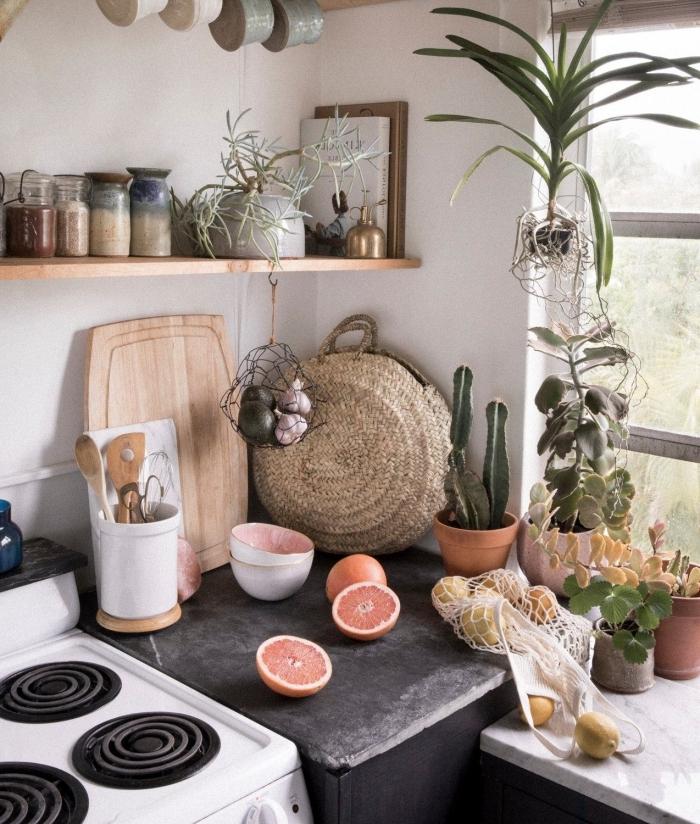 deco boheme chic rangement mural étagère pots ingrédients plantes vertes plan de travail marbre