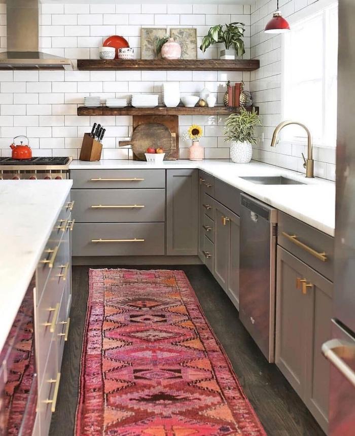 deco boheme vintage tapis rse motifs ethniques tiroirs portes gris poignées or hotte argent