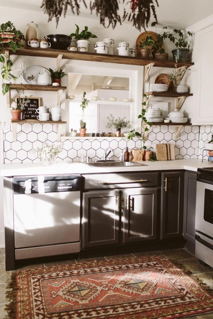 deco style boheme carrelage hexagon plan de travail blanc plantes vertes pots ingrédients accents bois