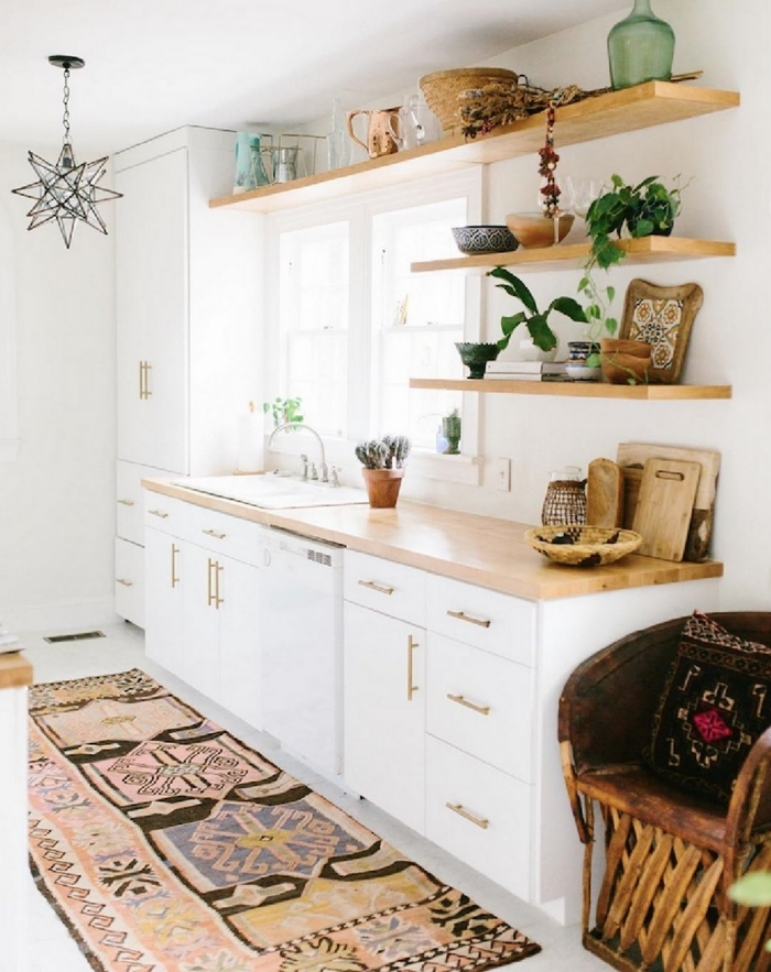 decoration murale boheme chic design petite cuisine linéaire rangement ouvert bois comptoir