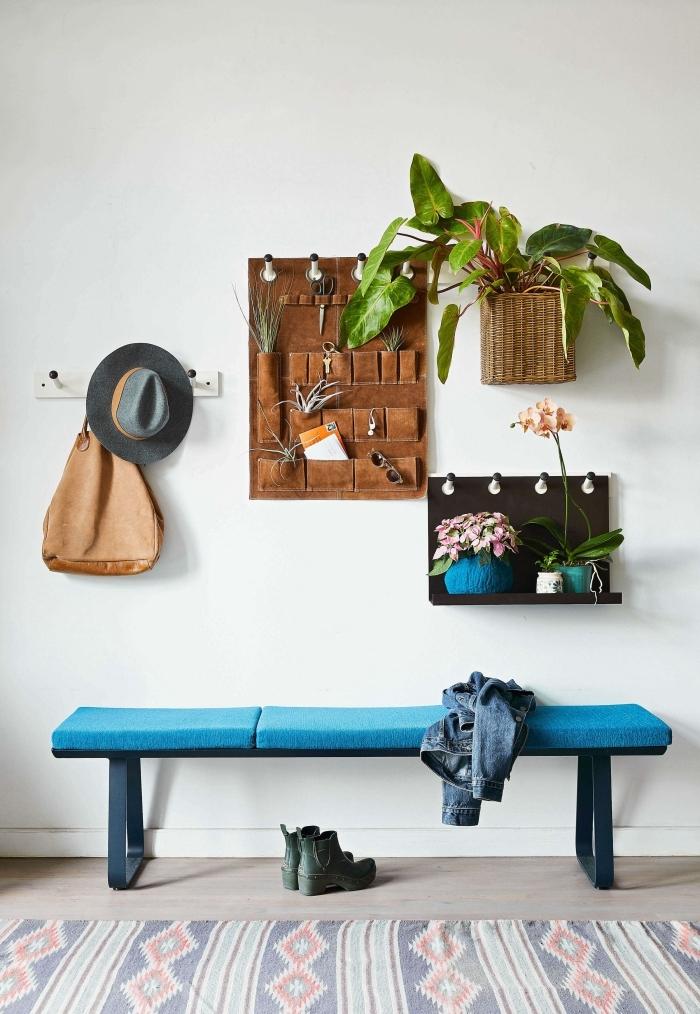 decoration vegetale tapis motifs banquette bleue organisateur mural avec poches cache pot mural