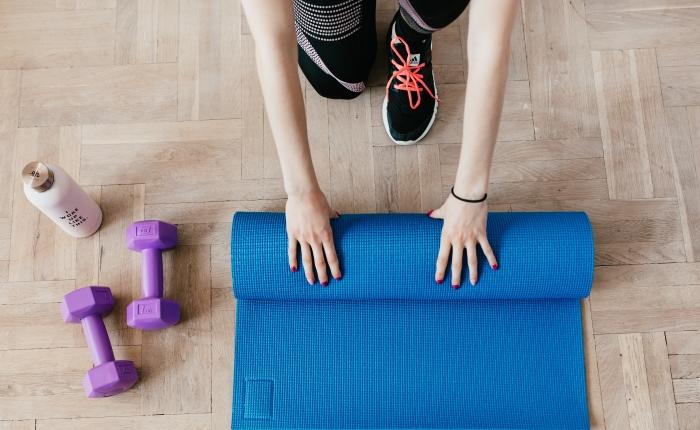 exercices de sport a la maison équipement bouteille d eau yoga mat vêtements de sport femme
