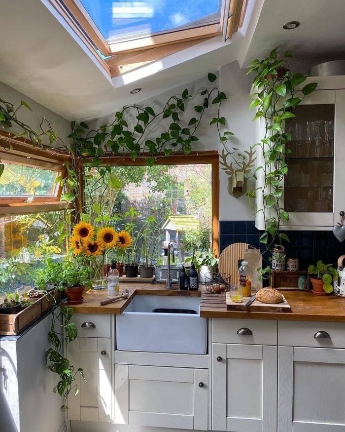 fenetre de plafond plantes objet deco cuisine style boho plan de travail bois armoires blanches