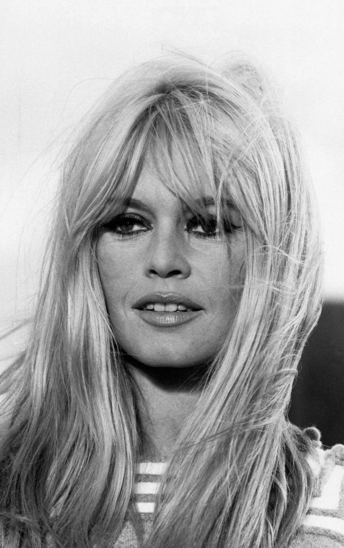 frange bardot photographie blanc et noir femme maquillage cils yeux smoky cheveux longs