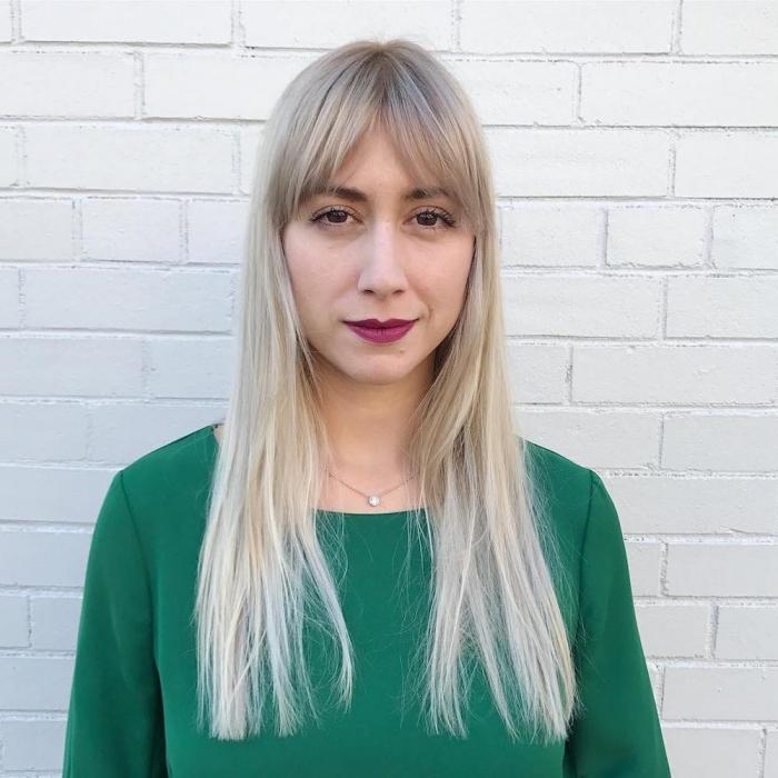 frange effilée rideau blouse verte femme maquillage rouge a levres violet yeux marron coloration blond polaire