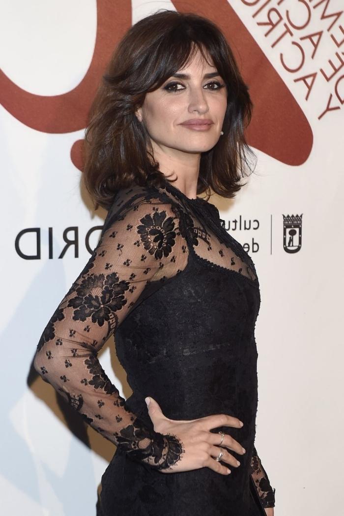 frange rideau carré robe noire dentelle manches longues motifs floraux cheveux frange longue