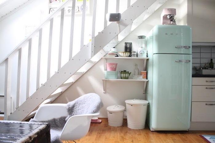 frigo vert pastel étagères blanches ouvertes cuisine blanche sous escalier desing scandinave