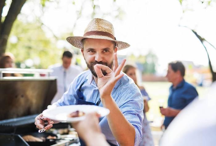 homme avec une moustache et barbe chemise aux carreaux blancs et bleus barbeque