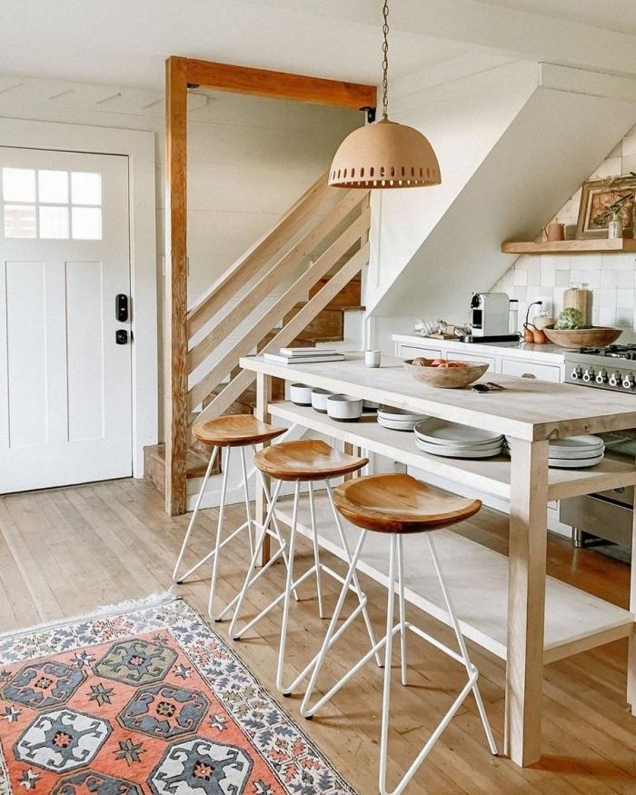 interieur boheme chic aménagement cuisine linéaire avec îlot repas tabourets de bar bambou