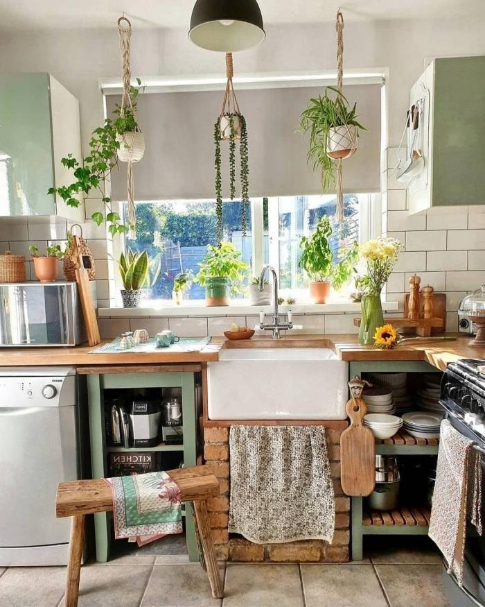 interieur boheme chic carrelage effet pierre plan de travail en bois crédence carrelage blanc meubles haut vert menthe