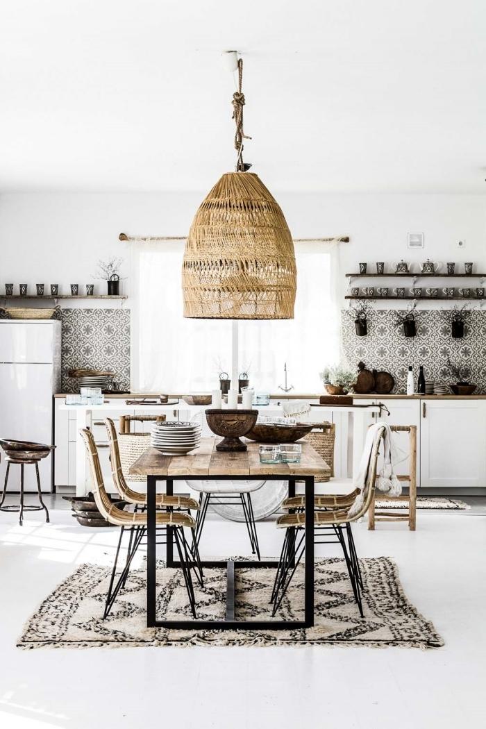 interieur boheme chic style moderne suspension luminaire fibre végétale plan de travail bois armoires blanches