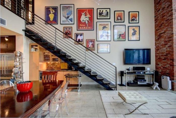 kitchenette sous pente escalier noir cuisine blanche crédence marbre accents deco industrielle chic