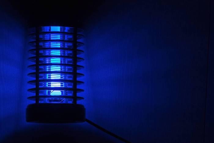 les pieges a moustiques les plus efficaces lampe a lumiere uv dans l obscurite