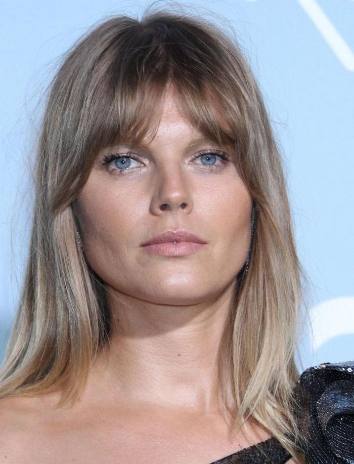 maquillage yeux bleus mascara coupe de cheveux avec frange coloration blond cendré cheveux longs
