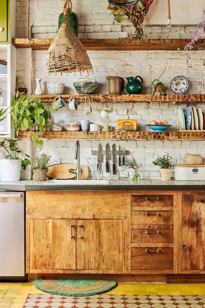 meuble boheme rangement mural bois revetement mur briques blanche plantes assiettes colorées