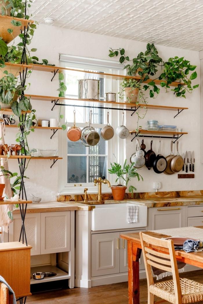 meuble boheme rangement rails métal et bois parquet cuisine avec salle a manger ouverte robinet or