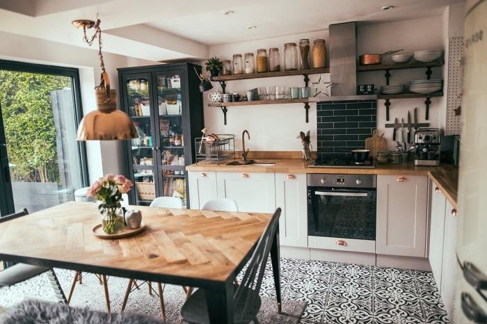 meuble boheme style industriel accents table bois et métal tabouret plafond effet béton spots led