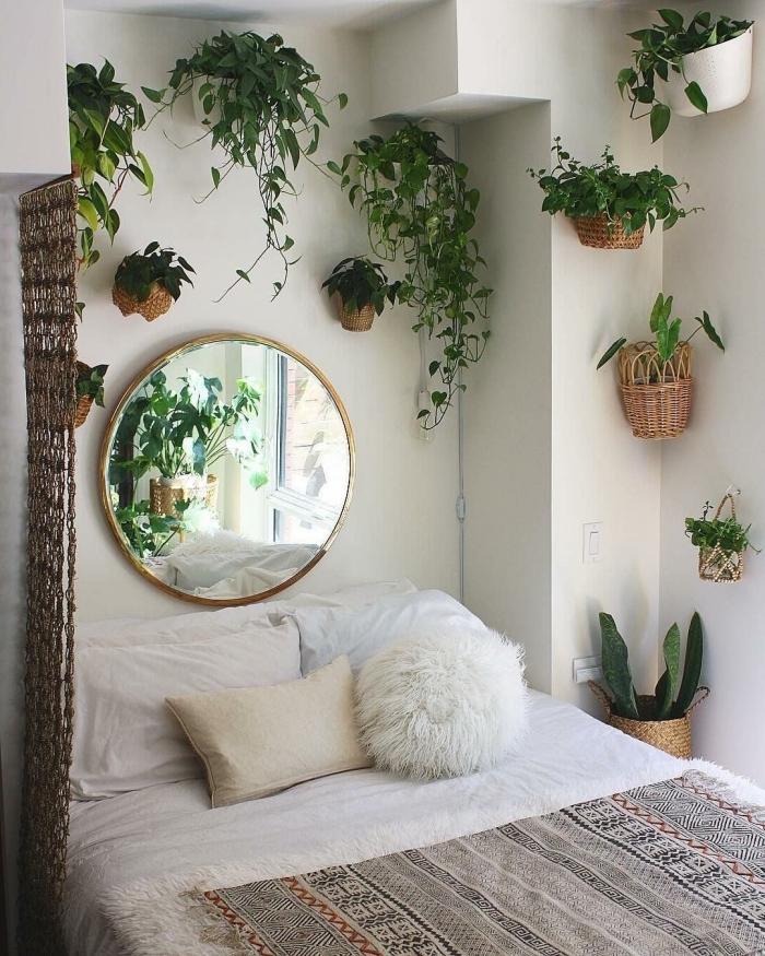 miroir rond cadre or coussin fausse fourrure blanche cache pot mural en fibre végétale rideaux macramé