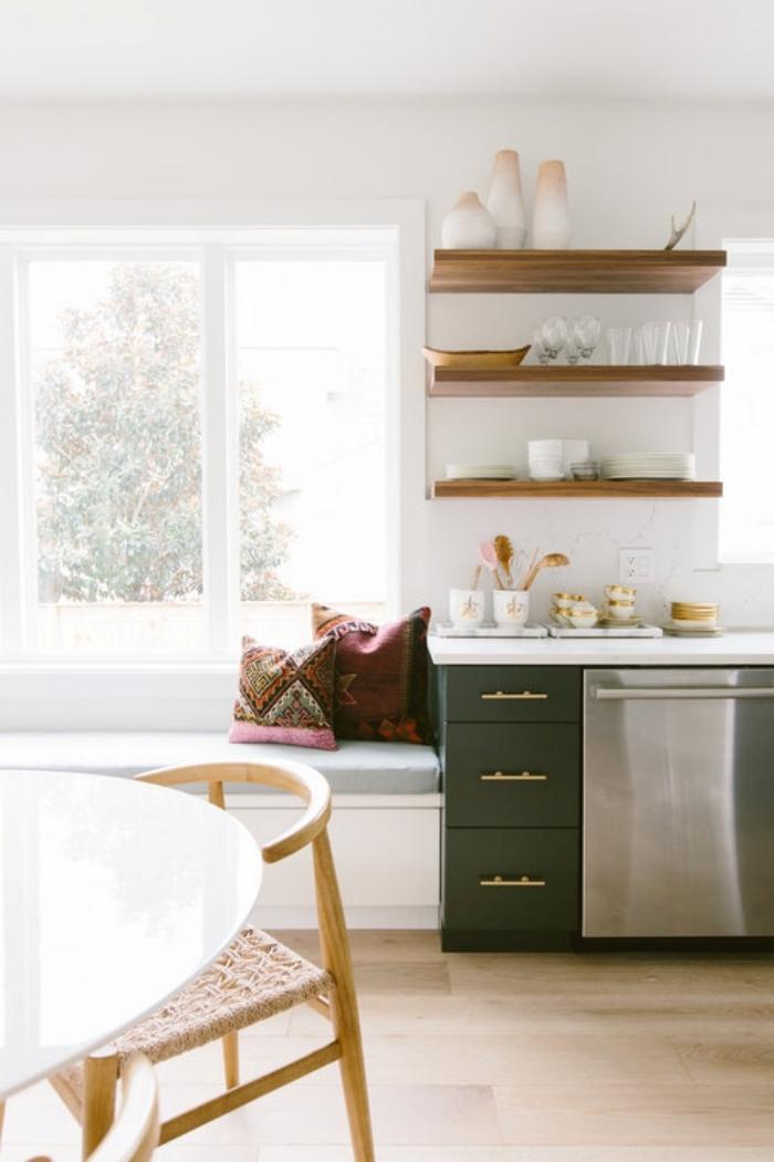 modele de cuisine moderne style boho minimaliste rangement mural étagère bois meubles bas vert foncé