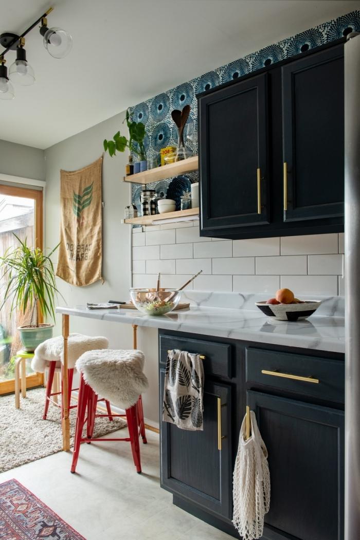 objet deco cuisine moderne armoires noires plan de travail marbre crédence carrelage blanc plante