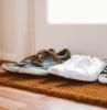 paillasson d accueil à l entrée d une maison avec des chaussures dessus exempe de tapis d accueil original
