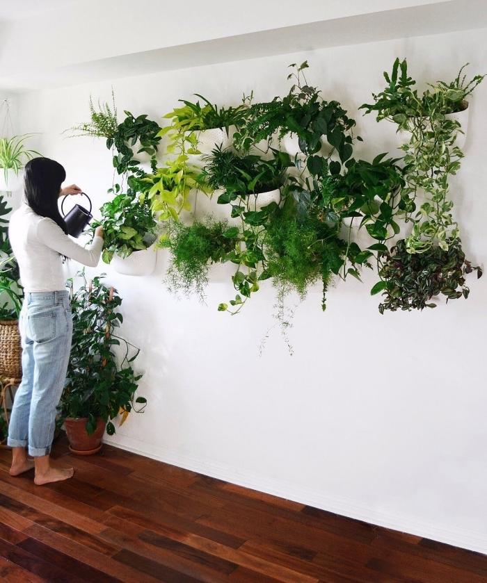 parquet bois foncé cache pot rotin deco murale plante crochets jardinières suspendues blanches