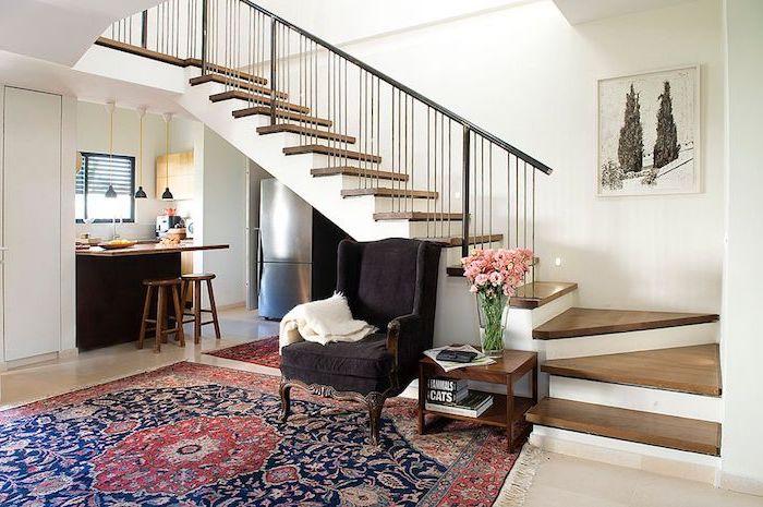 petit coin cuisine en u avec grand ilot gris anthracite frigo inox tapis coloré escalier en dessus