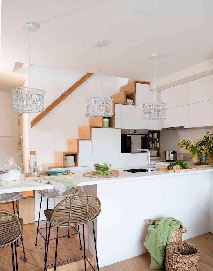 placard sous escalier de couleur blanche grande0ilot central cuisine d angle blanc et bois parquet bois clair