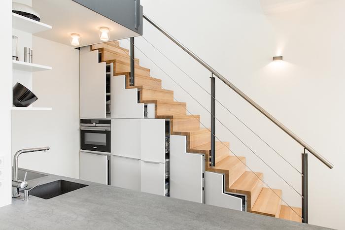 placards de cuisine sous escalier de bois et inox idee revetement cuisine effet beton design minimaliste
