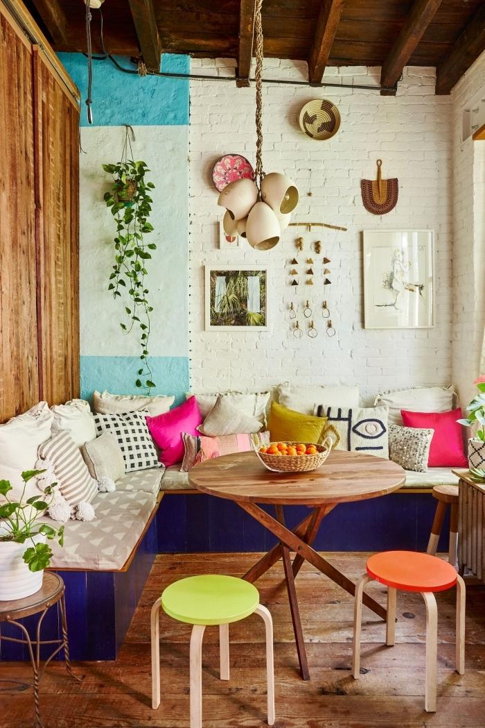 plafond bois foncé poutres deco boheme chic canapé d angle coussins décoratifs tabouret couleur