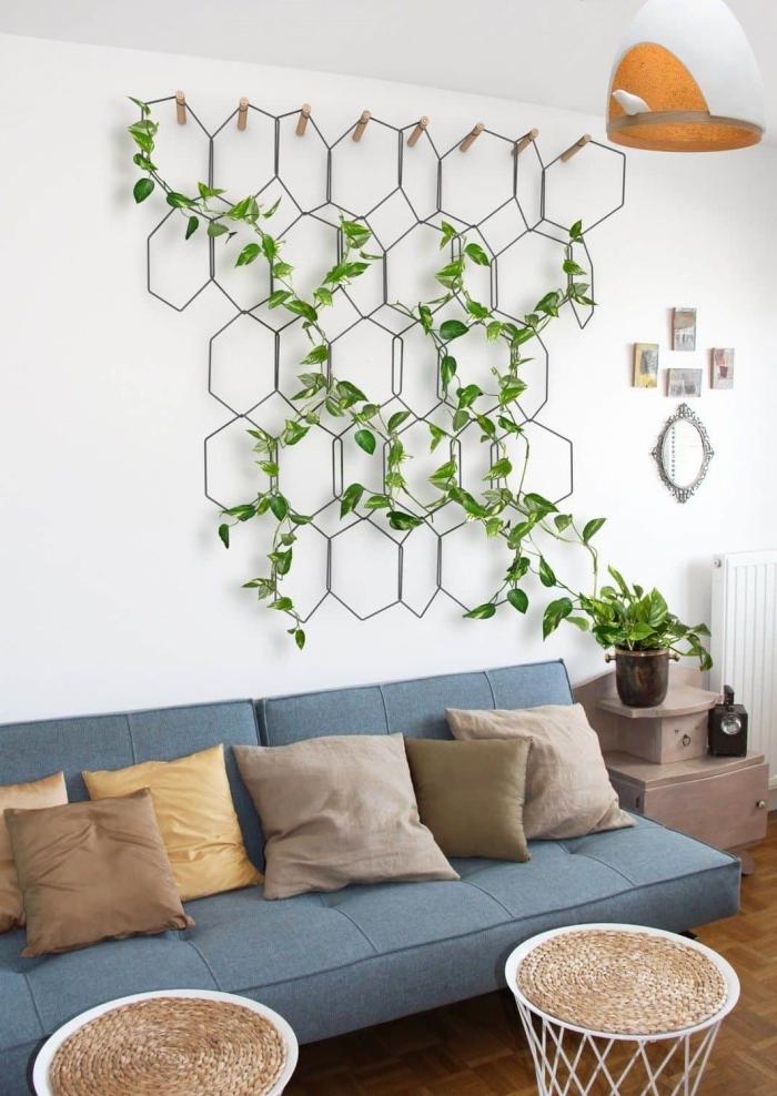 plante murale déco salon canapé bleu table café rotin et blanc support métal plantes grimpantes