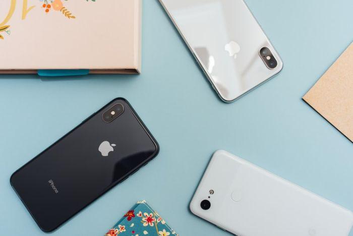 portables iphone poses sur un bureau bleu ciel