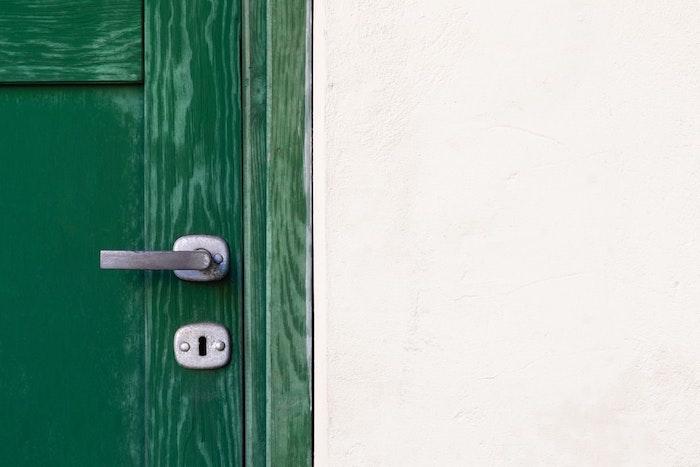 porte en bois couleur vert