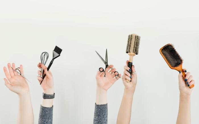 professionnel soins beauté visite coiffeur salon coiffure stylisation chevelure coupe de cheveux outils