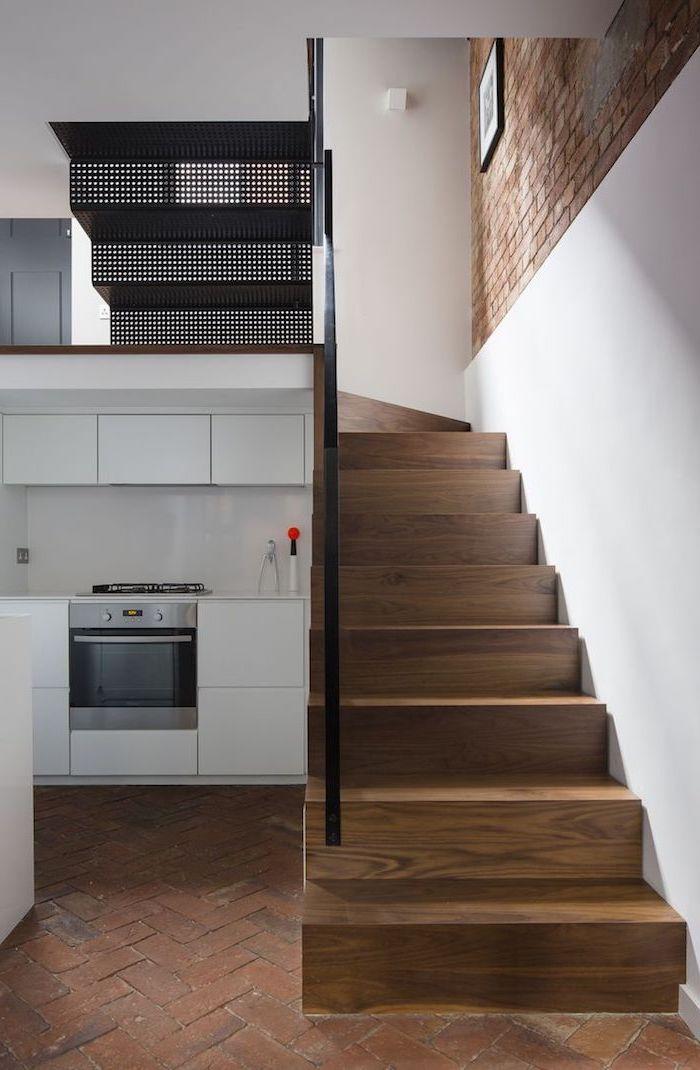 revêtement sol et mur de briques cuisine couleur blanche escalier bois et métal