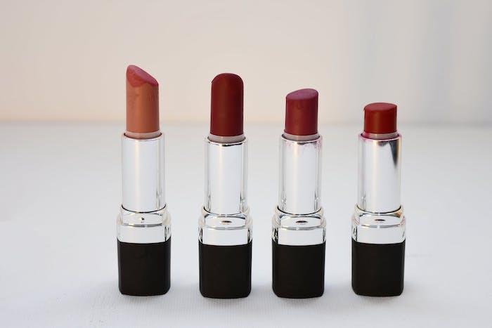 rouges a levres en couleurs differentes rouge et beige maquillage léger