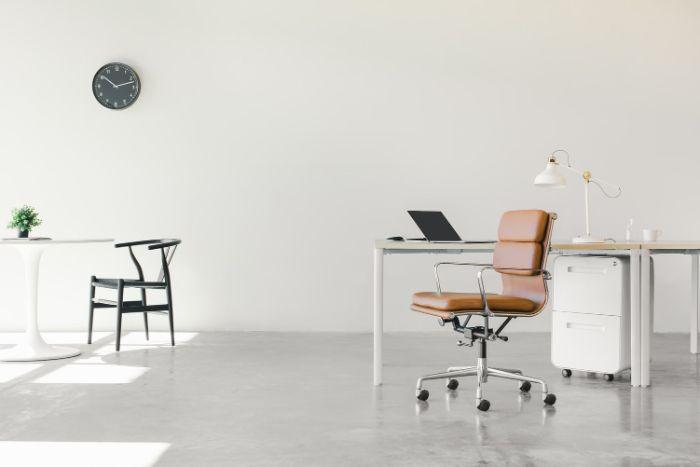 se débarrasser du mobilier superflu pour travailler en toute sécurité dans entreprise garde meuble bureau blanc fauteuil cuir marron