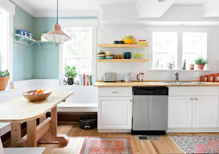 style bohème moderne parquet bois peindre un mur de couleur bleu pastel plan travail bois