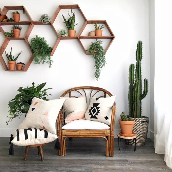 support mural pour plantes d intérieur intérieur bohème style chaise bambou cactus pot terre cuite