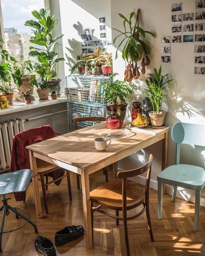 table a manger bois parquet deco style boheme chaise bleu pastel style vintage mur photos polaroid