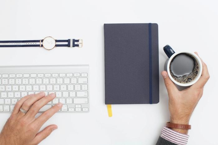 tasse café comment ranger son bureau office clavier montre accessoire bracelet cuir métier dans l'architecture