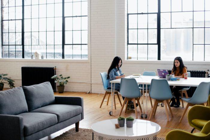 tenir compte de la grandeur et la luminosité pour bien améager un bureau service garde meuble pour stocker des meubles