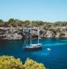 voilier avec un petit bateau gonflable belle vue vers la plage