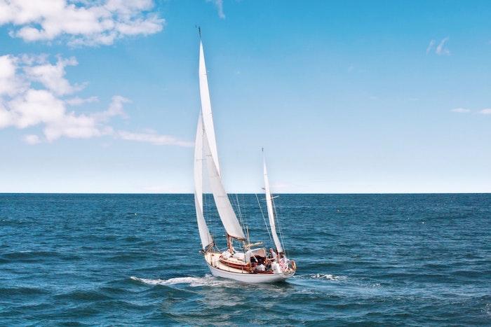 voilier flotte en eaux ouvertes homme sur le pont