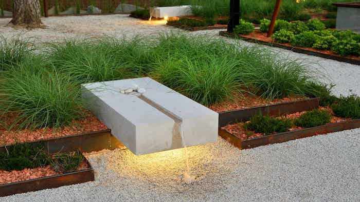 allée de jardin en gravier blanc parterres en bois et des plantes vertes deco originale