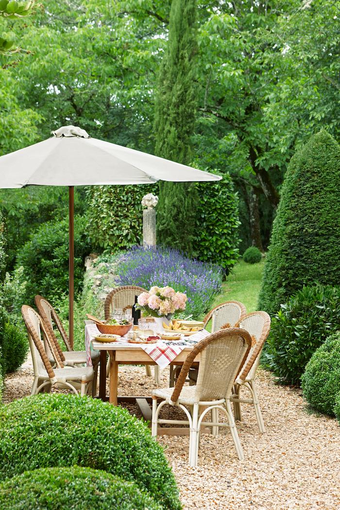 allée de jardin en gravier véranda style français espace de repas beau jardin