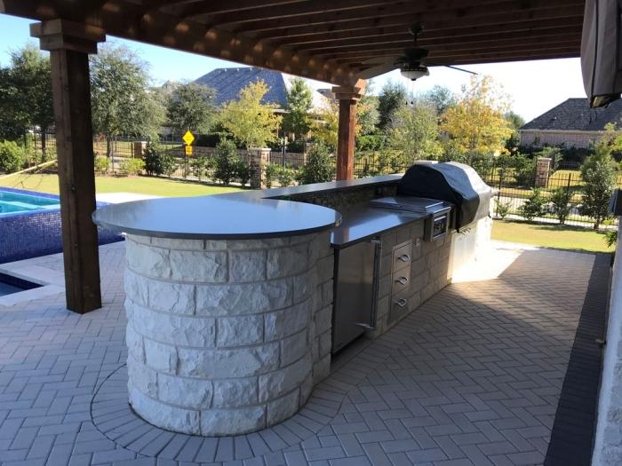 aménagement cuisine autour piscine couverte pergola bois plan de travail exterieur accents inox