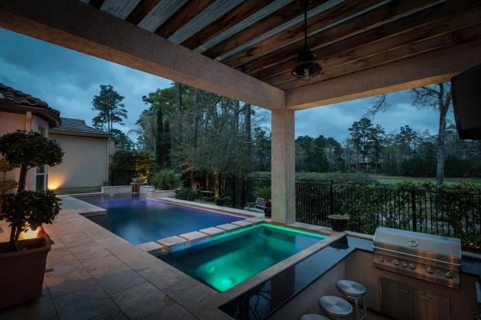 aménagement paysager autour d une piscine éclairage néon extérieur poutres bois apparentes bar noir