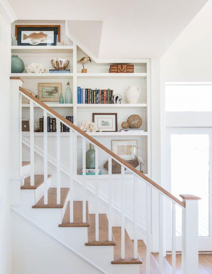 aménagement cage d escalier en bois et blanc étagères blanches décoration livres cadres vases